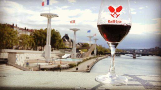Verre du salon des vins Rue89Lyon en balade à la piscine du Rhône. Photo BE/Rue89Lyon