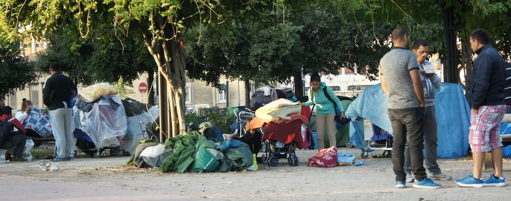 La journée, les migrants se regroupent au nord de l'esplanade Mandela avec toutes leurs affaires. La nuit, la police tolère qu'ils montent leurs tentes sur une friche voisine. Photo prise le 7 septembre 2017 ©LB/Rue89Lyon