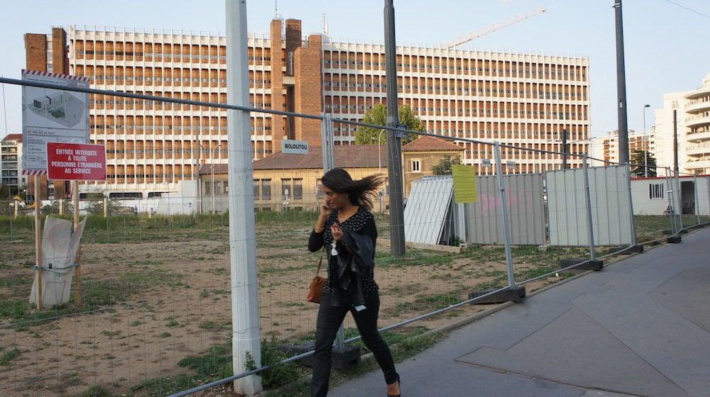 Le 25 août, 149 migrants ont été expulsés de ce terrain propriété de la Métropole de Lyon. Depuis, la friche a été grillagée et gardiennée. ©LB/Rue89Lyon