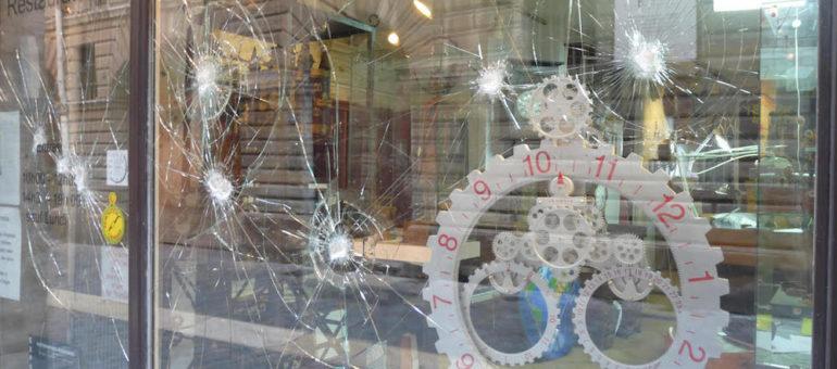 Impacts dans la vitrine de l'horloger de Saint-Paul : la Ville de Lyon accuse l'extrême droite