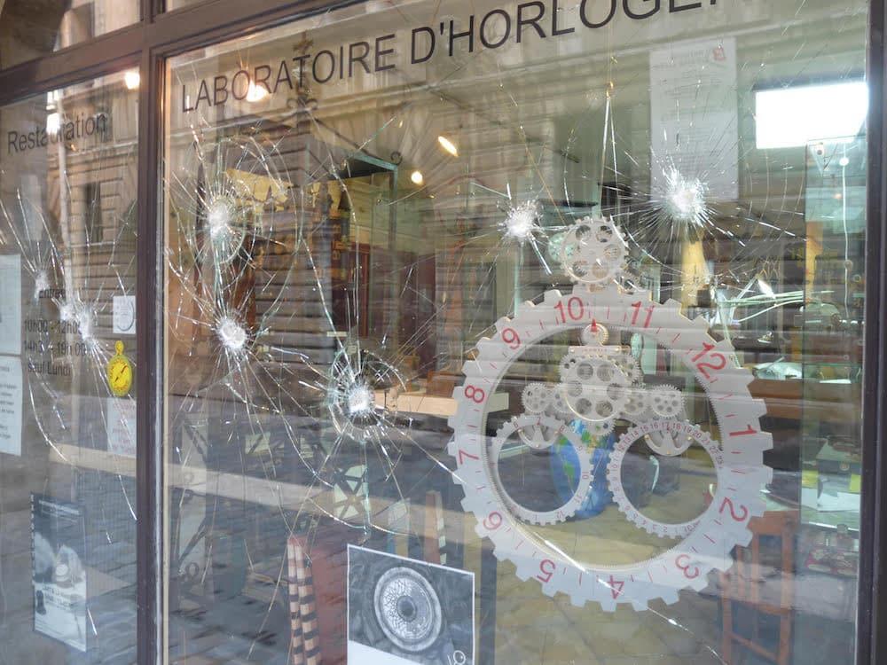 """La vitrine dégradé de """"l'horloger de Saint-Paul"""" le 22 septembre. ©DR"""