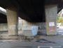 Après l'expulsion, le mardi 26 septembre sous l'autopont : canapés et meubles ont été mis à la banne. ©LB/Rue89Lyon