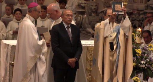 Vœu des échevins du 8 septembre 2015. Le maire de Lyon, Gérard Collomb, remet une médaille en or de la Ville de Lyon au cardinal Barbarin. Capture d'écran vidéo du Musée de Fourvière.