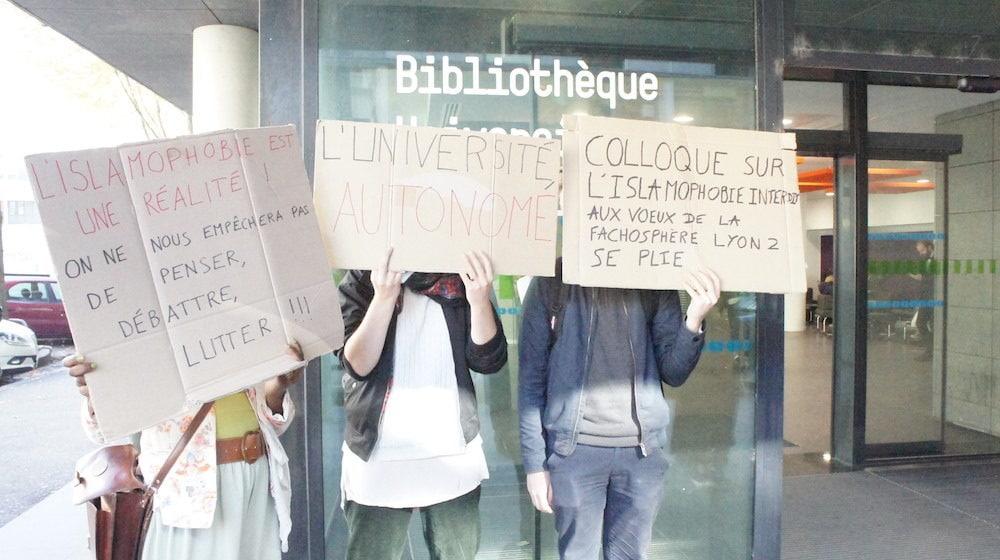 Rassemblement d'une vingtaine d'étudiants de Lyon 2 contre l'annulation du colloque sur l'islamophobie, lors de la conférence de presse de la présidence de l'université. ©LB/Rue89Lyon