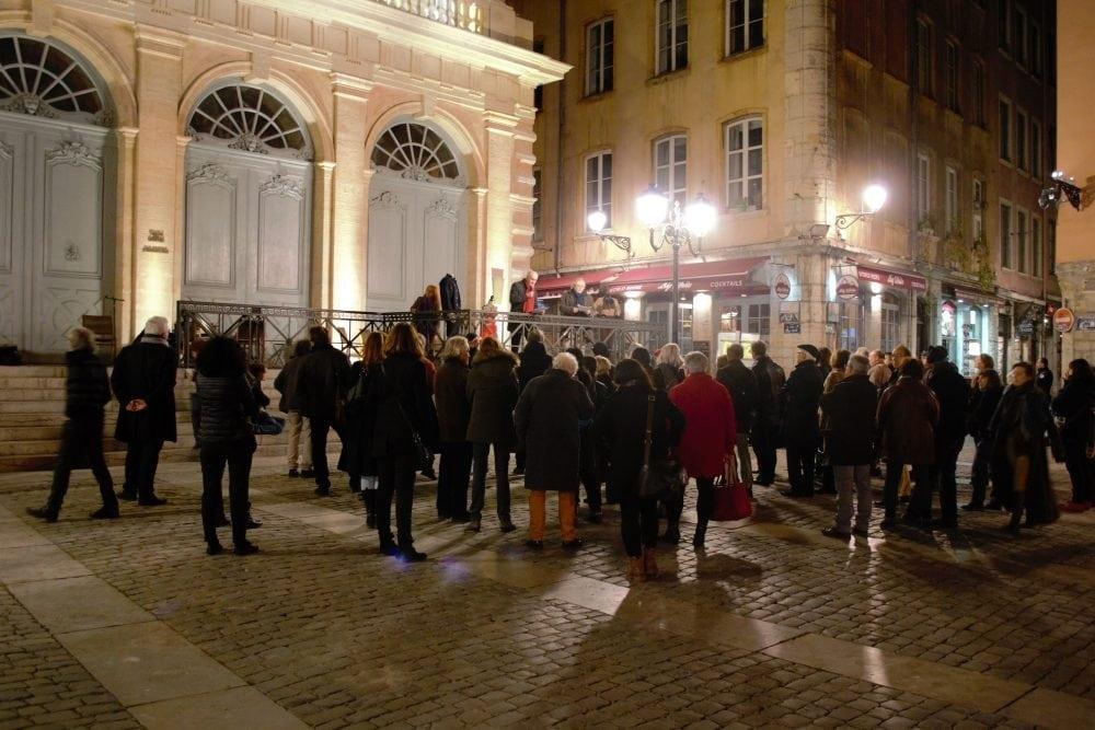"""Un rassemblement d'une centaine de personnes place du Change, jeudi 23 novembre, en soutien à """"l'horloger de Saint-Paul"""" © TS/Rue89Lyon"""