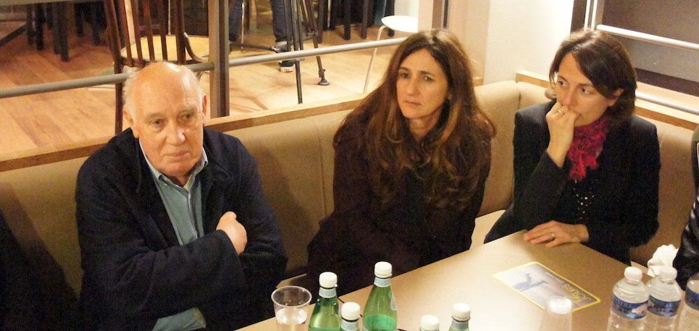 """Raymond Depardon, en conférence de presse pour la présentation de """"12 jours"""" à Lyon, au cinéma le Comoedia. A sa gauche, la psychiatre Natalie Giloux et la magistrate Marion Primevert ©LB/Rue89Lyon"""
