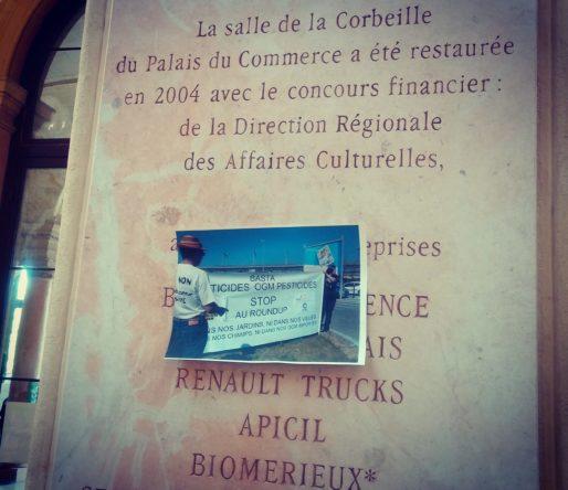 """""""Hack the palais"""". Début de manif au Palais de Bourse à Lyon au salon """"Sous les pavés la vigne"""" 4e édition. Photo Rue89Lyon"""