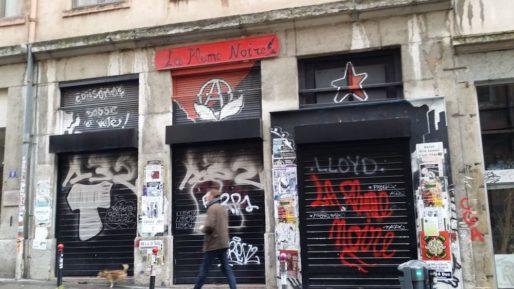 """La librairie-bibliothèque """"La Plume noire"""" en décembre 2017, le local de la CGA devenu UCL, sur les Pentes de la Croix-Rousse (Lyon 1er). Ce local est régulièrement la cible de l'extrême droite ©LB/Rue89Lyon"""