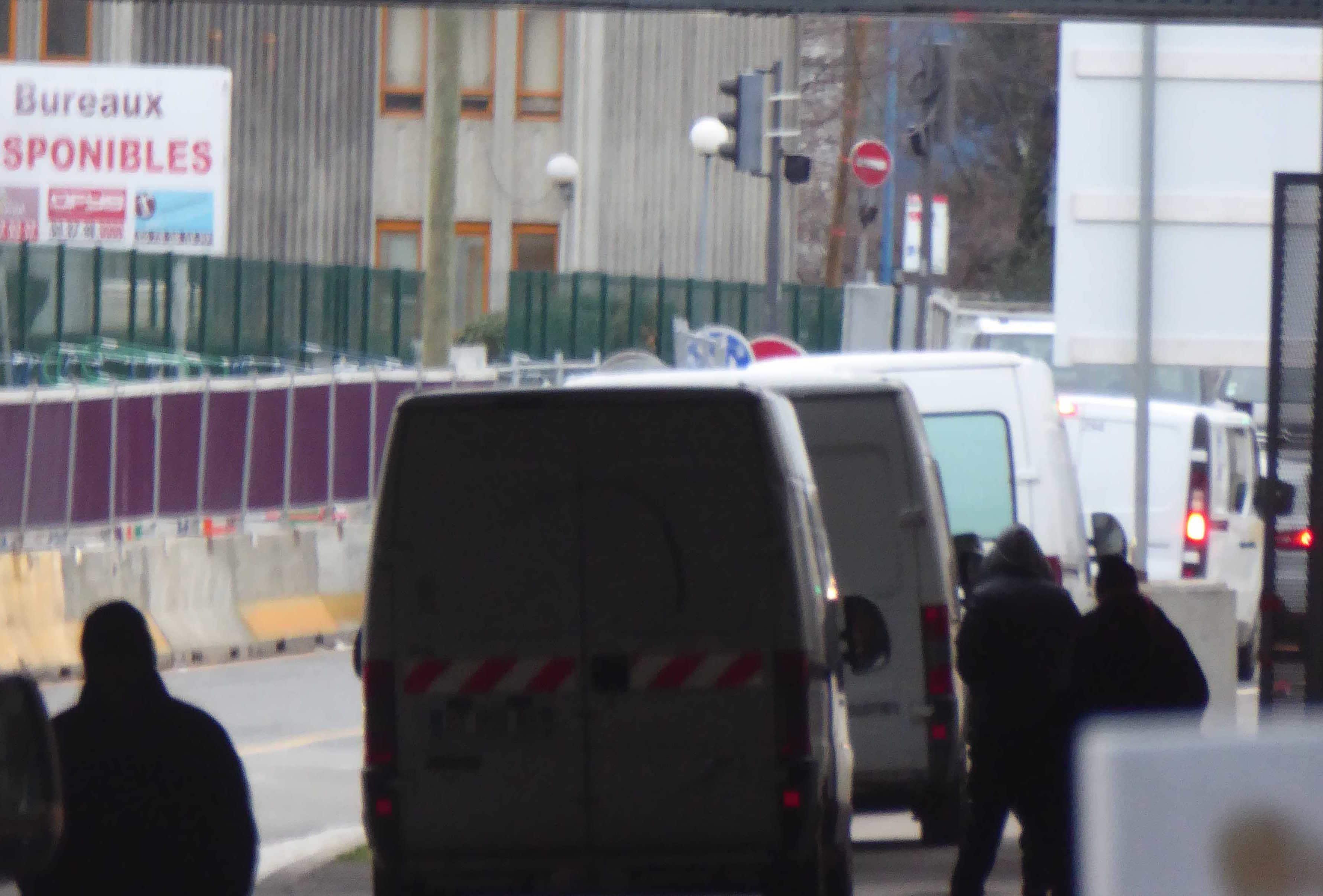 Rue Challemel-Lacour, des clients qui se font le plus discrets possible. Photo archive Rue89Lyon.