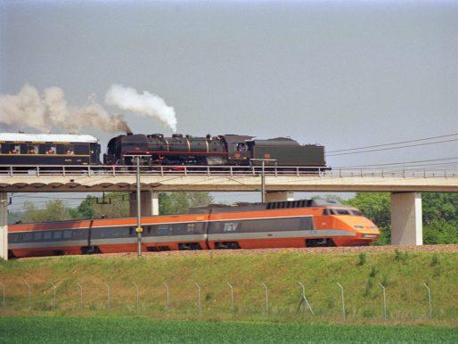 Croisement entre un TGV Sud-Est et un train à vapeur à proximité de Montereau (sur le territoire de la commune de Saint-Germain-Laval) le 24 mai 1987. Crédit : Didier Duforest/Wikimedia Commons
