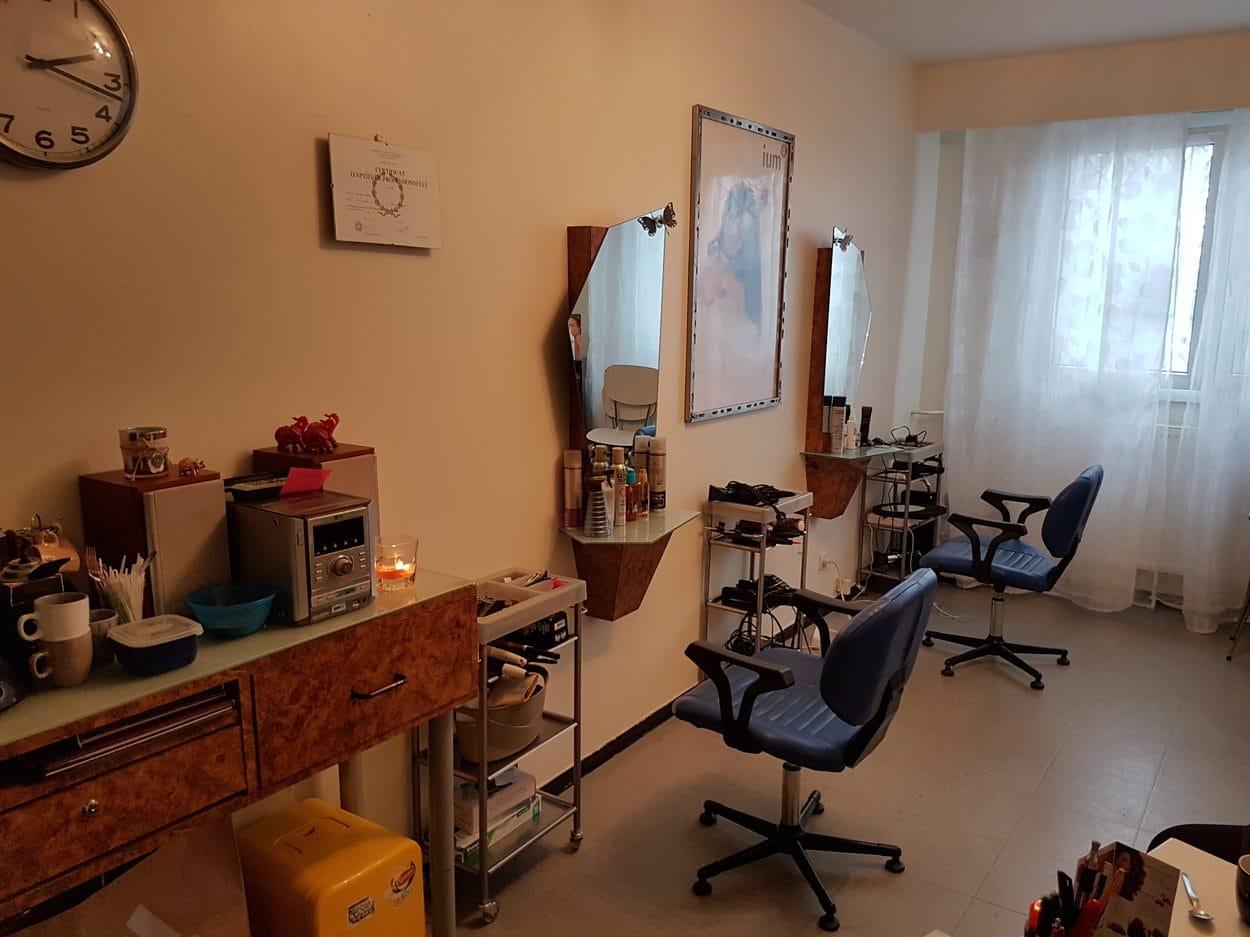 A Vaulx En Velin Un Salon De Coiffure Pratique Le Coup De