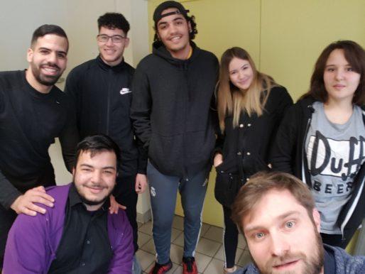 Isamaïl, Samy (éducateur), Adel, Younes, Wenda et Lina rédacteurs du site Wesh le monde au centre social Eugénie Cotton. Photo BE/Rue89Lyon