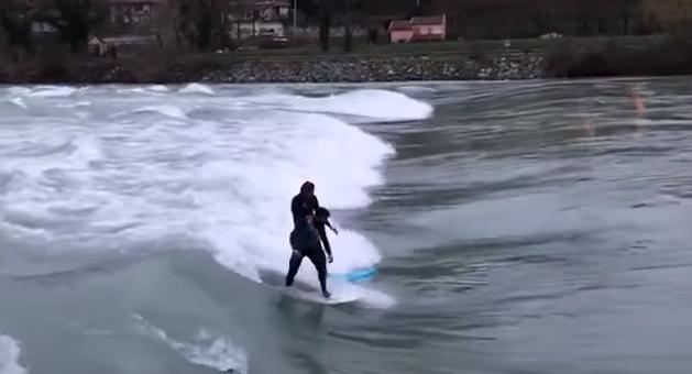 Crue du Rhône à Lyon : des surfeurs profitent des vagues