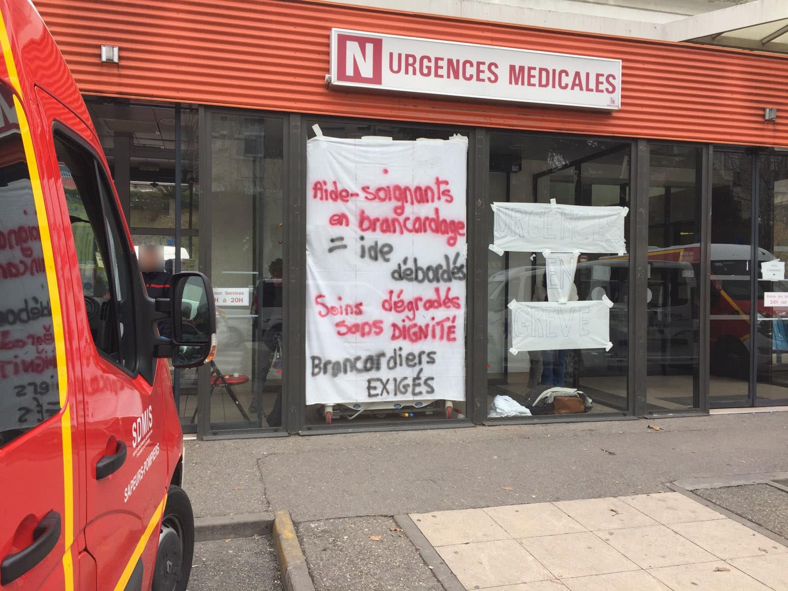 L'extérieur des urgences du pavillon N de l'hôpital Edouard Herriot durant le mouvement de grève de février 2018. ©DR