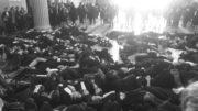 """Le die-in des avocats lyonnais à la Cour d'appel le 21 mars, journée """"Justice morte"""". Compte Twitter Représentants Jeune Barreau de Lyon"""