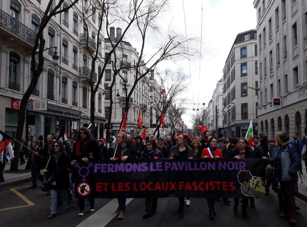 Le 3 mars dernier, en tête du cortège « pour la fermeture du Pavillon noir », la maire du 1er arrondissement de Lyon Nathalie Perrin-Gilbert (écharpe tricolore); à sa droite la secrétaire de la section lyonnaise du PCF, Aline Guitard. ©DR