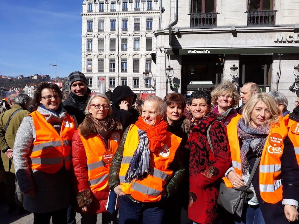 la permanente CFDT, Sylvie Bessat, au centre, entourée de la section Ville de Villeurbanne de la CFDT. ©LB/Rue89Lyon