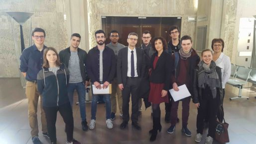 Marc Clément et Marjolaine Monot-Fouletier, entourés des étudiants menant les procès fictifs liés aux nouvelles technologies. Photo BE/Rue89Lyon