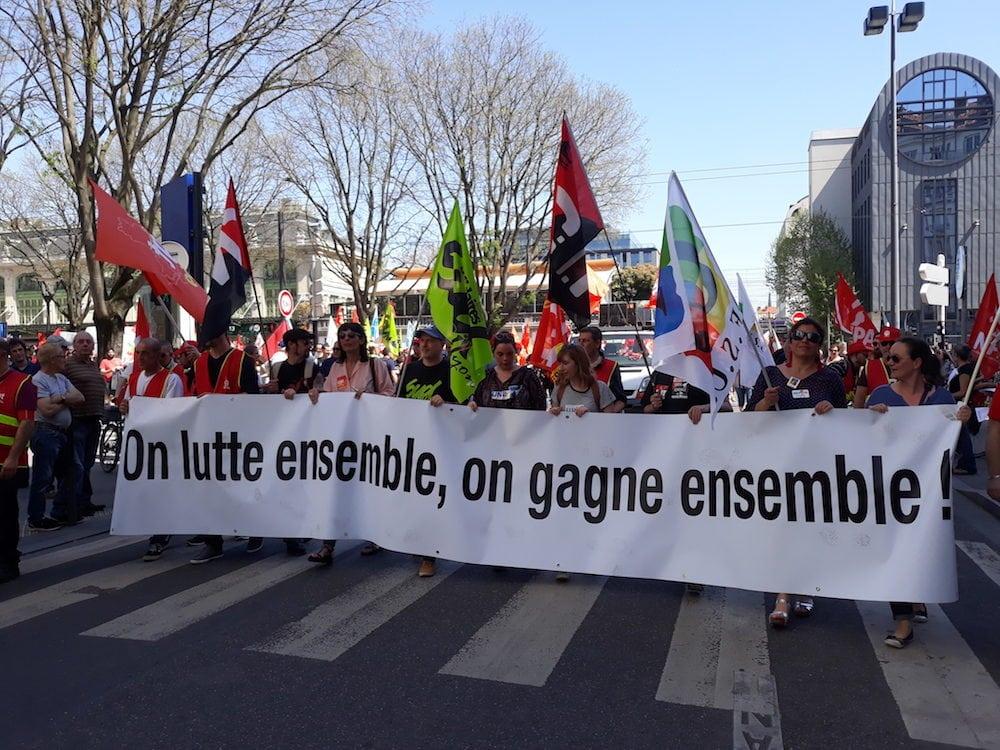 """La banderole de tête de cette """"première journée de convergence des luttes"""" à Lyon. ©LB/Rue89Lyon"""