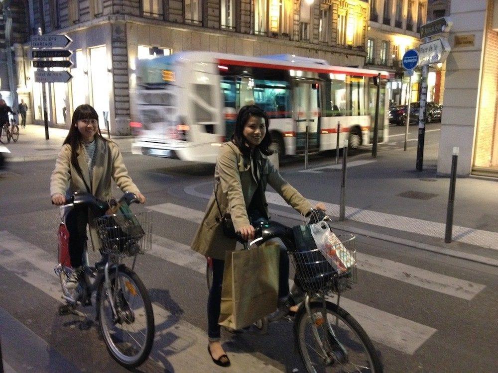 Emplettes à Vélo'v en Presqu'île. L'expérience est plaisante pour les Lyonnais comme pour les visiteurs ©DR