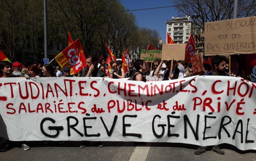 """La banderole du cortège étudiant lors de la manifestation """"convergence des luttes"""" du 19 avril à Lyon. ©LB/Rue89Lyon"""