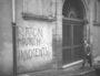 """Vue prise en mai 1970 à proximité du Palais de justice de Lyon, au niveau du numéro 16, rue de la Bombarde, Lyon 5e. Inscription(s) sur l'image : """"Raton / Munch / Innocents !"""" CC Georges Vermard/Fonds Georges Vermard/BM Lyon"""