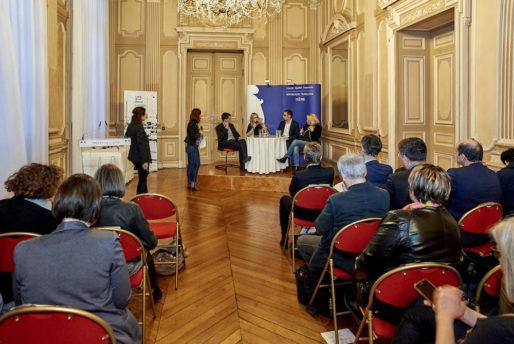 """Julie Hainaut reçoit un prix le 23 mars 2018 à Grenoble. Thème du débat """"Mobilisés contre le racisme et l'antisémitisme"""". DR"""