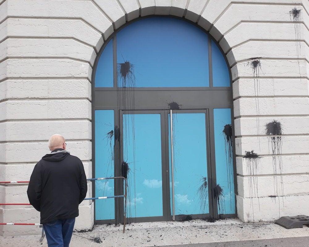 Défilé du 1er mai à Lyon. La peinture noire sur la façade de l'Hôtel Dieu. ©LB/Rue89Lyon