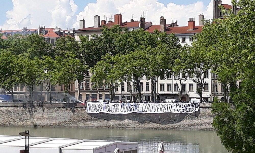 Lors de la manif de la fonction publique du 22 mai à Lyon, on comptait encore environ 200 étudiants, essentiellement dans le cortège de tête. A la fin du défilé, une banderole de plusieurs dizaines de mètres à été déployée sur le quai Jules Courmont, face aux manifestants. ©LB/Rue89Lyon