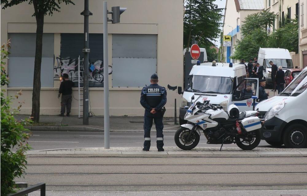 """Pour """"sécuriser"""" le squat """"la Cabane"""", la Ville de Lyon a fait posé des panneaux en acier aux fenêtres. ©Pierre Petitcolin"""