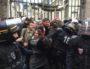 Les étudiants mobilisés effectuant la chaîne devant l'entrée du campus rue Chevreul. ©SP/Rue89Lyon