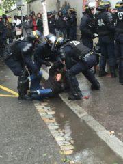 Une manifestante participant à la chaîne humaine devant l'entrée de Lyon 2 se fait trainer par terre par les CRS. ©SP/Rue89Lyon