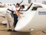 Les deux pilotes en pleine préparation d'un itinéraire de vol. ©Isabelle Serro