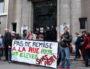 """Lundi 14 mai, une quarantaine de personnes se sont rassemblées devant la Direction départementale de la cohésion sociale (DDCS) du Rhône, à l'initiative du collectif """"Jamais sans toit"""", pour protester contre les remises à la rue à la suite de la fin du plan froid. ©LB/Rue89Lyon"""