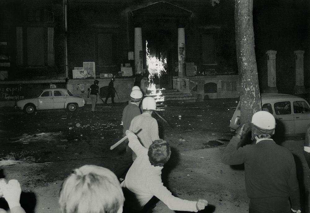 L'attaque par des étudiants d'extrême droite de la fac de lettres occupée le 4 juin 68. Crédit : Archives départementales du Rhône - extrait de Mai 68 à Lyon une décennie, ed Lieux Dits