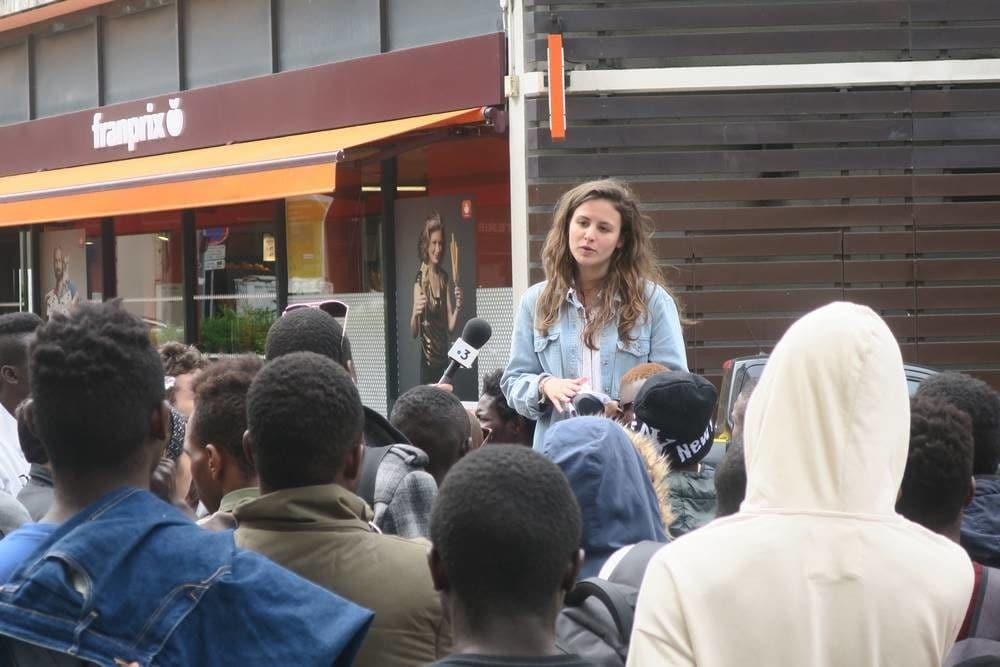 """Clélie Mercier, militante du collectif """"copain des migrants"""", invitant les mineurs isolés à se rendre au centre d'accueil de la Sarra."""