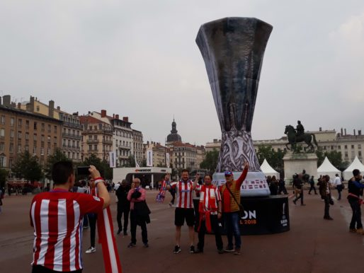 Des supporters de l'Atletico Madrid place Bellecour pour la finale de l'Europa League le 16 mai 2018 à Lyon. Photo LB/Rue89Lyon