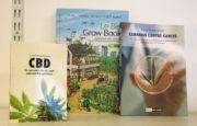 Présentoir de Natural collector où sont montrés des ouvrages vantant les effets thérapeutique du cannabis.