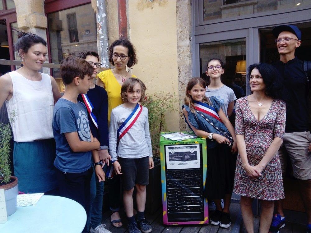 Inauguration de la boite à partage alimentaire, en présence de Nathalie Perrin-Gilbert (à droite sur la photo), maire du 1er arrondissement, des élus du conseil de quartier des jeunes, et de Fatima Berrached, adjointe à l'éducation de la mairie du 1er.