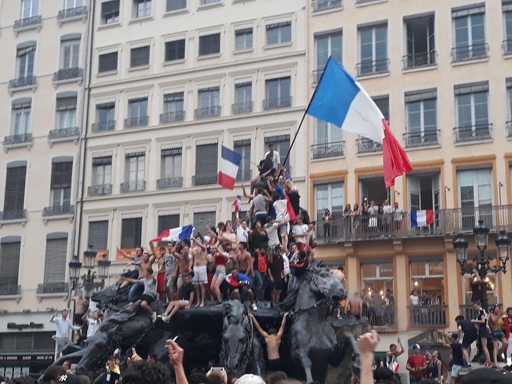 Plusieurs dizaines de jeunes sur la fontaine Bartholdi de la place des Terreaux à Lyon. ©LB/Rue89Lyon