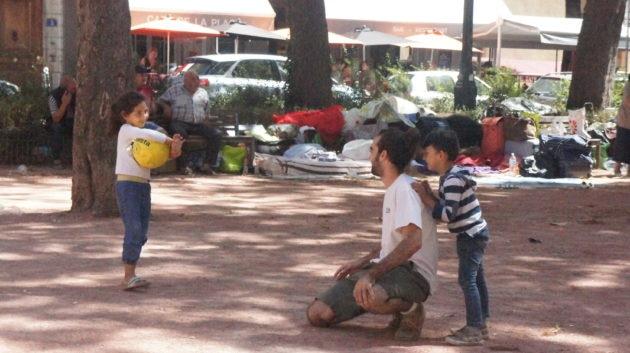 """Un membre du collectif """"Ouvrons les yeux"""" joue avec les enfants /place Sathonay-©KD/Rue89Lyon"""