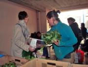 Les adhérents de Bissamap récupèrent pour la première fois un panier de légumes. Photo prise 2013 Credit : JEM/Rue89Lyon