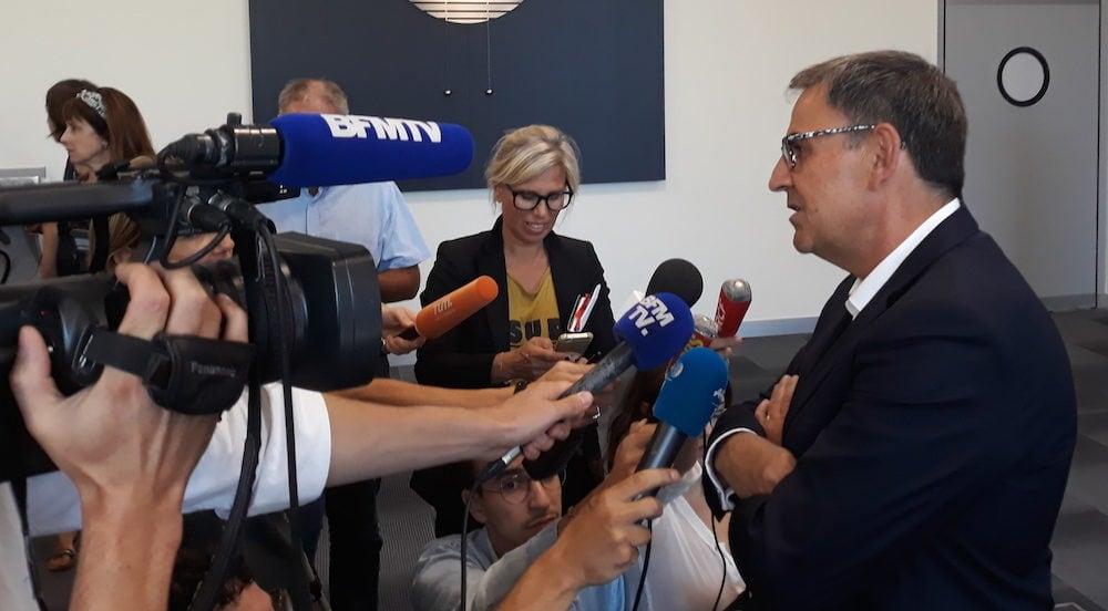 Le président de la Métropole de Lyon, David Kimelfeld, répondant aux question des journalistes lors d'un point presse improvisé à la suite de l'annonce du retour de Gérard Collomb à Lyon. ©LB/Rue89Lyon