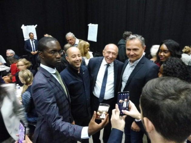 Avec des militants LREM acquis, Gérard Collomb a posé pour quelques selfies. Crédit Alexis Demoment / Rue89Lyon.