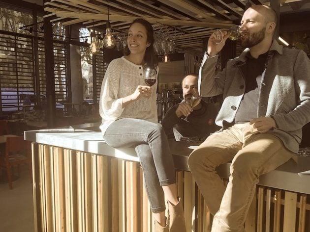 Un verre au comptoir, l'air de rien. Avec Vanessa et Yann, de El Bar des Halles. ©Rue89Lyon