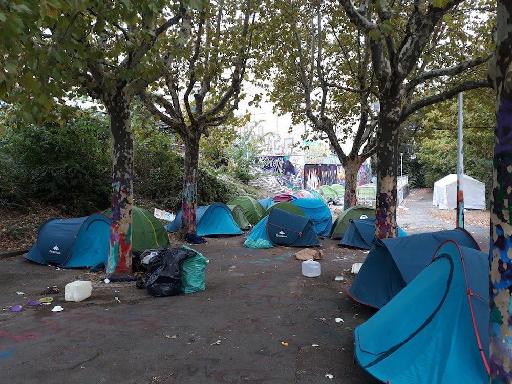 Les jeunes migrants ont passé une première nuit sous la tente dans la cour du collège Maurice Scève. ©LB/Rue89Lyon