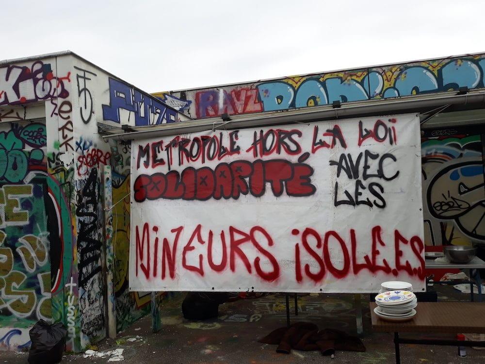 Une banderole devant le collège squatté Maurice Scève à la Croix-Rousse ©LB/Rue89Lyon