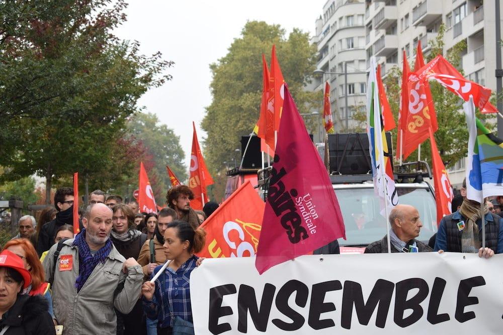 Des représentants des différents syndicats tiennent la banderole de tête. @ Aurélien Defer