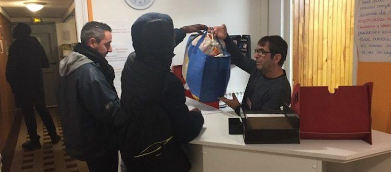 Conversations à la Bagagerie sociale de Lyon, où les sans-abri entreposent leurs affaires