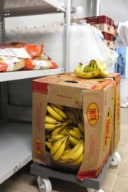 """Dans la cuisine centrale de Grenoble, certains se sentent """"bananés"""". ©JBA/Rue89Lyon"""